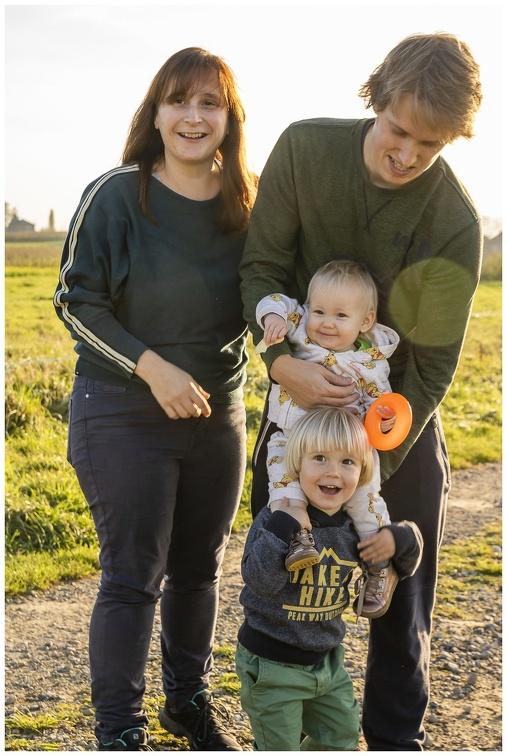 gezin-wandelen-kindjes-blij